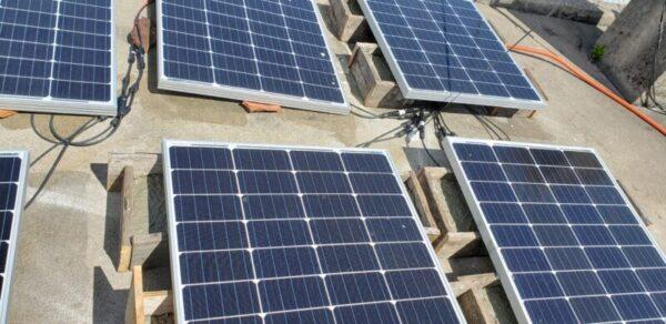 太陽光発電、ソーラーパネル4枚 設置作業途中