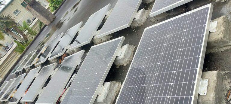 屋上いっぱいのソーラーパネル