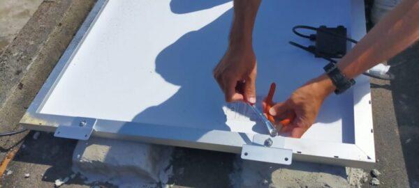 ソーラーパネル裏側にソーラーパネル取付金具を取り付ける