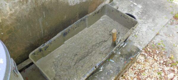 セメントと川砂を混ぜモルタル作り