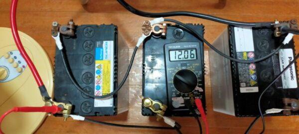 蓄電池と正弦波インバーターを使って扇風機を動かす実験中12.06V