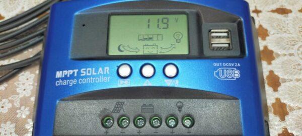 MPPTチャージコントローラーと蓄電池を接続して表示パネルが点灯した状態