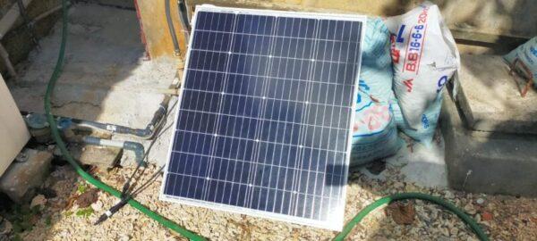 ソーラーパネルを野外へ持ち出す。まだ接続していない