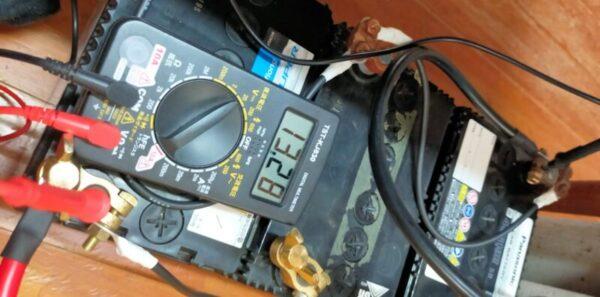 ソーラー発電つき蓄電池ちゃんと充電され始める(蓄電池の電圧13.28V)