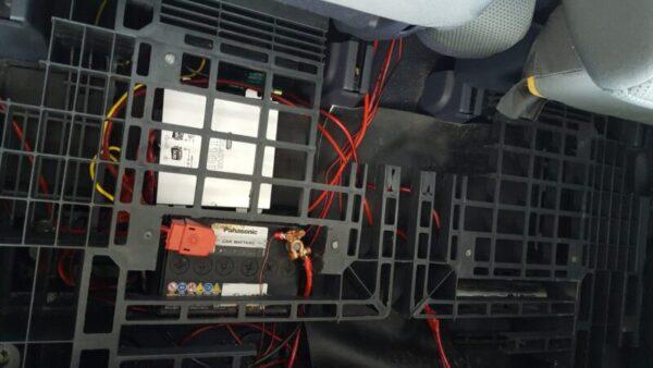 自動車の後部座席、足元へ走行充電器とサブバッテリーとキャパシターを収納してパレットを引く