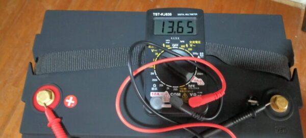 寿命かな?リチウムイオンバッテリーに接続していたケーブルを全部取り外し電圧を計る13.65V何故か正常