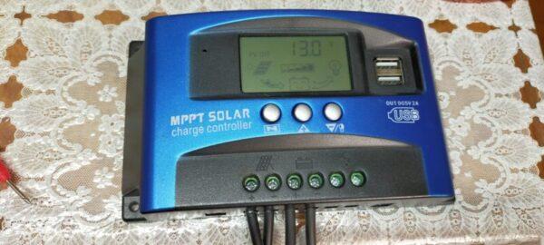 ソーラーパネルから電気を充電中。現在チャージコントローラー13V