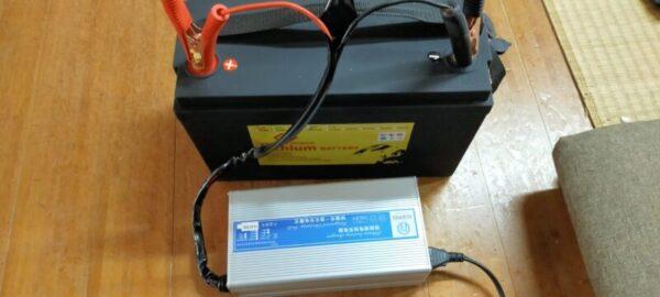 ワニクリップ式充電器を使ってバッテリーチャージ中