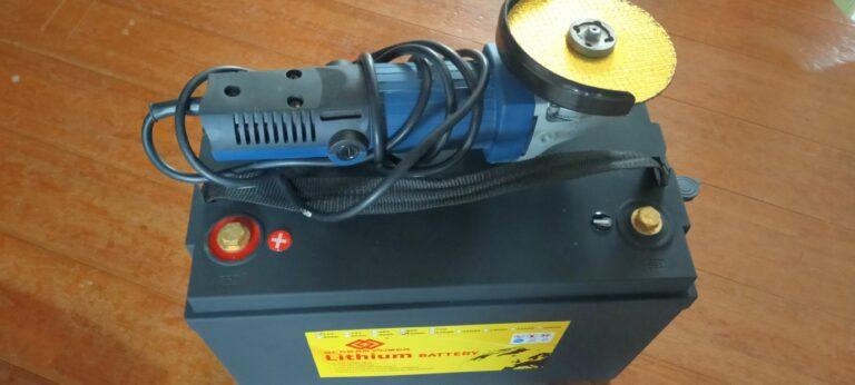 バッテリーとディスクグラインダ。リン酸鉄リチウムイオンバッテリーを開封する
