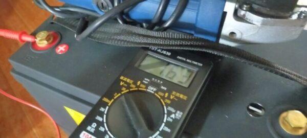 電圧計ONの上部端子電圧「1.6V」