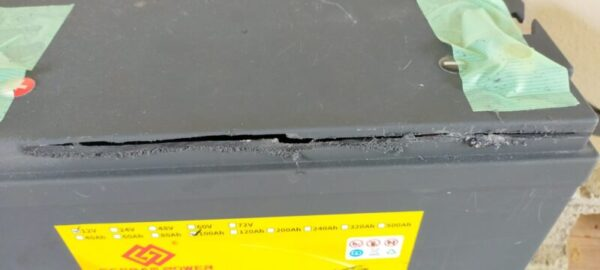 安全のためリン酸鉄リチウムイオンバッテリー容器、側面上の方を切断する事にした