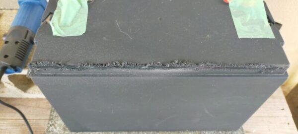 バッテリー容器の逆側面も切断する