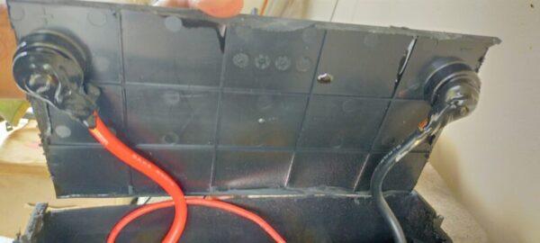 リン酸鉄リチウムイオンバッテリー容器のバッテリーターミナル裏側