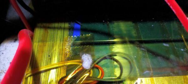 リン酸鉄リチウムイオンのセル×4つ直列接続12V100Ahが横置き