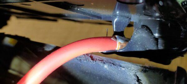 バッテリー内部からターミナルへ繋がる主要ケーブル「丸形圧着端子」を使って接続されている